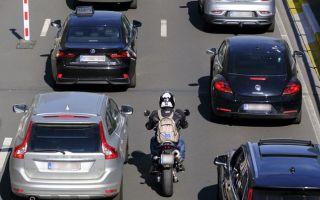 Езда на мотоцикле в пробке. Есть ли у вас преимущества?