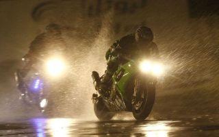 Как безопасно ездить на мотоцикле в дождь?