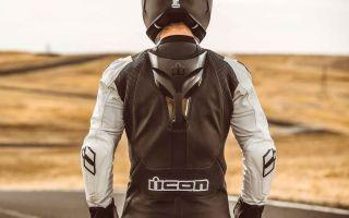Мотоциклетный костюм с горбом против обычного – что выбрать?
