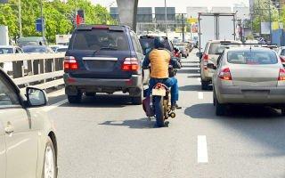 Езда на мотоцикле по трассе между машинами – междурядье