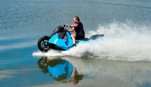 Мотоцикл в движении по воде